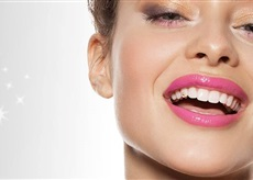 Dentální šperky: Vkusný nebo nevkusný trend?