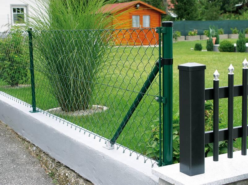 Odolný plot na míru se vyplatí. Nemusíte o něj pečovat a zaujmete okolí