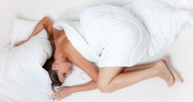 Proč je dobré spát nazí?