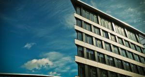 Napadlo vás někdy, proč je potřeba nových bytů v Praze stále vysoká?